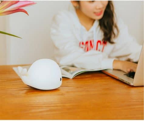 Đèn Led Thông Minh Cá Heo Lúc đọc sách