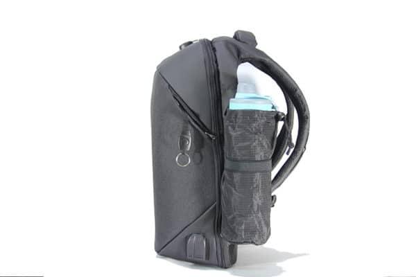 Ngăn phụ đựng nước có thể giấu đi và cổng sạc giúp vừa đi vừa sạc điện thoại an toàn
